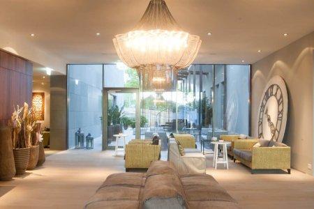 Eine Willowlamp in einer Lounge.