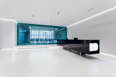 Wie eine Stadt in einer Stadt: Auch der große Meetingraum im Eingangsbereich ist in den bestehenden Raum eingesetzt worden. Er steht auf einem Podium und hebt sich durch seine Gestaltung deutlich ab – die Integration funktioniert dennoch sehr gut.