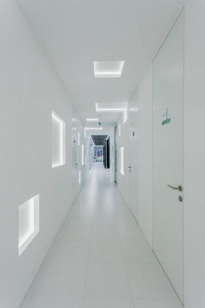 Kaltweiße Lichtfarben veredeln das Design und schärfen den Schwarzweißkontrast.