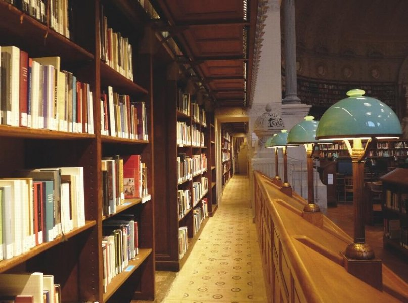 A corridor at the edge of the reading room