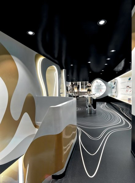 The surfaces are designed so that the colour or the finishes reflect the light from the sources around them, lending the atmosphere in the store a sensual touch.