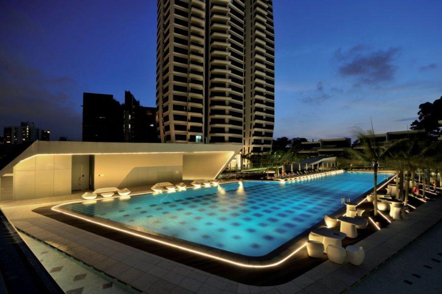 Abends leuchten die Schwimmbecken und die Terrassenmöbel sanft. Ab 23.00 Uhr werden die Leuchten im Pool ausgeschaltet.